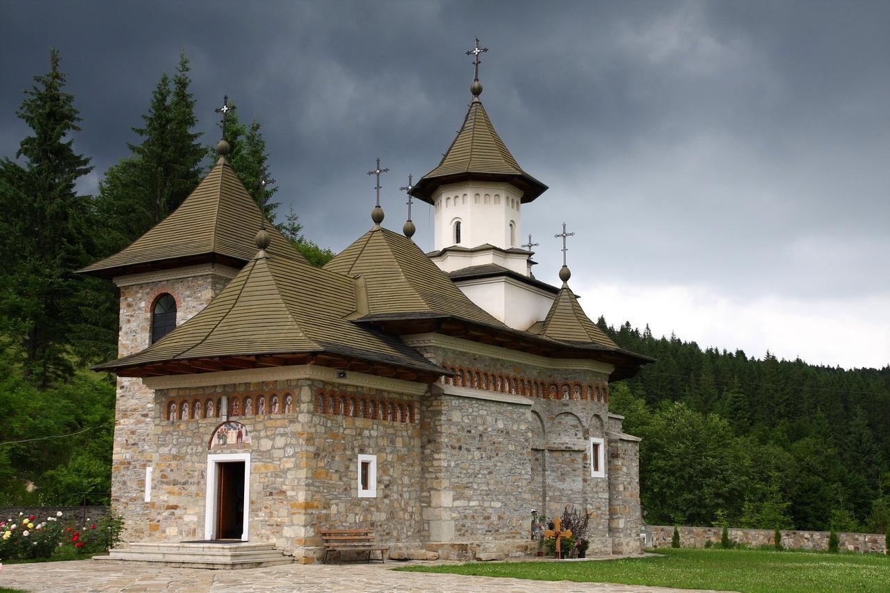 https://www.diakonia.bg/wp-content/uploads/2016/07/romania-sihastria-putnei-monastery-romanian-orthodox-church.jpg